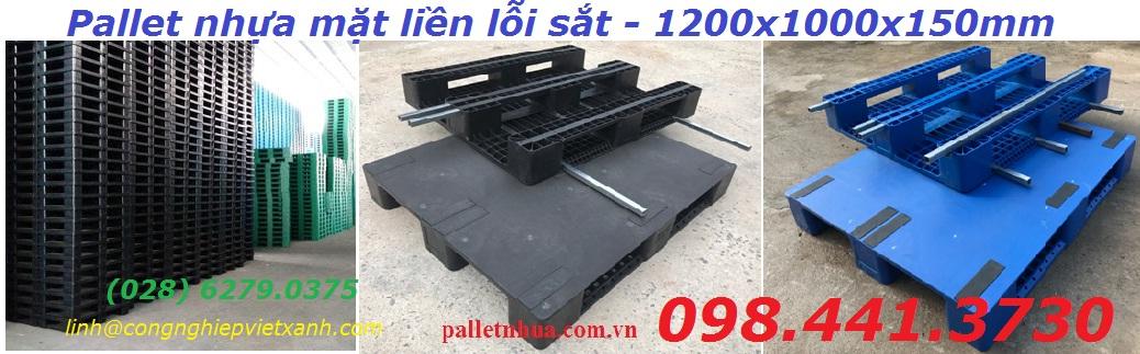 /></h3> <h3>Pallet nhựa mặt liền lỗi sắt 1200x1000mmx150mm</h3> <h4>Kích thước : (1200 x 1000 x 150) mm +/-2% lỗi sắt<br />Tải trọng động : 1200 kg<br />Tải trọng tĩnh : 5000 kg<br />Màu sắc xanh, đen<br />Chất liệu nhựa nguyên sinh hdpe, PP có lỗi sắt bên trong</h4> <h4>Bảo hành theo tiêu chuẩn của nhà sản xuất.</h4> <h4><a rel=